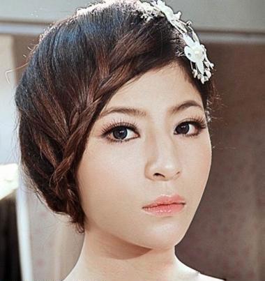 准新娘拍绝美婚纱照必不可少的发型设计